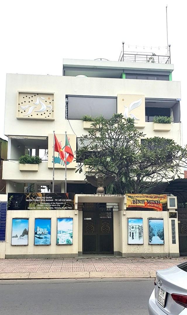 """Nhà số 194 Nơ Trang Long đang trưng biển """"Lãnh sự quán"""" sai quy định. (Chụp hồi 13h ngày 10/11/2020)."""