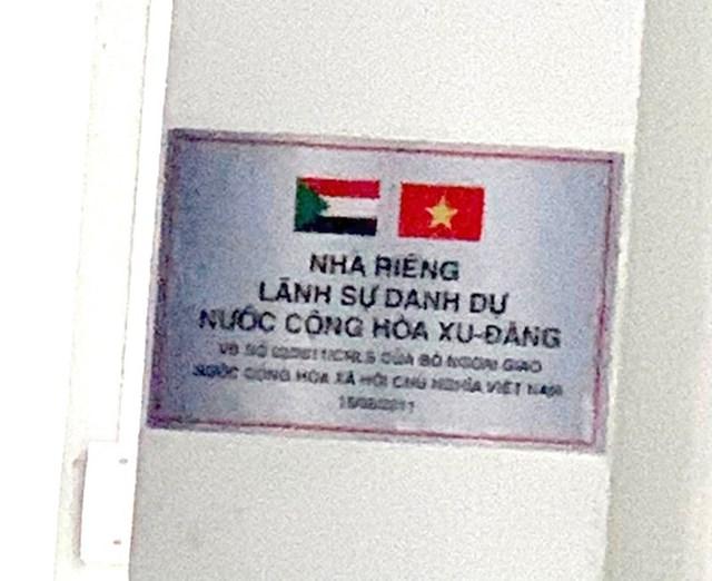 """Lầu 5 trụ sở Tân Hiệp Phát (Bình Dương) trưng biển """"Nhà riêng lãnh sự danh dự Nước Cộng hòa Xu - Đăng""""."""