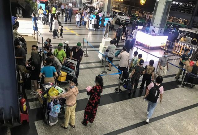 Từ ngày 14/11, Cảng hàng không quốc tế Tân Sơn Nhất áp dụng quy định mới về việc phân làn xe đón khách tại sân bay. Hành khách muốn đón xe công nghệ như Be, Grab... sẽ phải đón xe tại tầng 3, 4 và 5 của nhà xe TCP tại ga quốc nội.