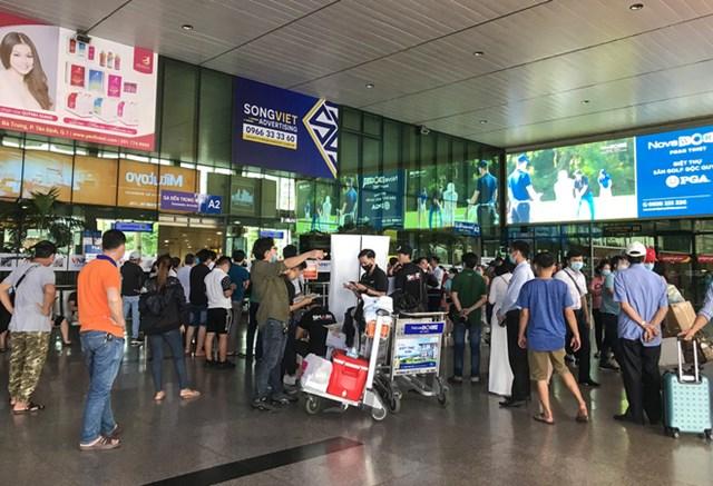 Theo ghi nhận của phóng viên, chiều 20/11, sau gần 1 tuần Cảng hàng không Tân Sơn Nhất áp dụng quy định mới, khu vực đón xe của hành khách từ sân bay ra có nhiều thay đổi.