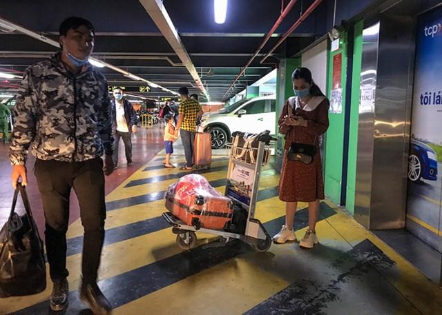Khu vực bắt xe công nghệ tại nhà xe TCP ở lầu 3,4 và 5 khá nóng bức. Nhiều tài xế công nghệ chua quen đường lên bãi xe khiến hành khách phải chờ từ 15 tới 30 phút mới có thể bắt được xe.