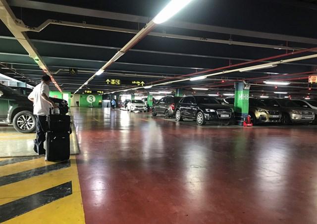 Làn xe công nghệ trên lầu 3 khá vắng vẻ, vì chỉ khi khách đặt mới có tài xế chạy lên, đường lên khá khó và chưa quen đường nên nhiều tài xế tỏ ra chán nản, bức xúc vì quy định mới của sân bay.