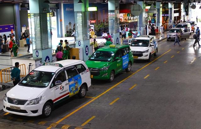 Xe taxi được phân đón khách tại làn D ngay bên dưới sảnh của nhà xe TCP, taxi ra vào khá dễ dàng.