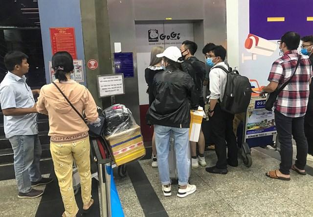 Trong khi đó, nhiều hành khách muốn đi xe công nghệ nhưng không thể bắt xe tại cửa ra (làn A) của ga quốc nội, hành khách muốn đi xe Grab hoặc Be sẽ phải xếp hàng chờ thang máy khoảng 10 tới 15 phút hoặc là leo thang bộ lên lầu 3, 4 để đón xe.