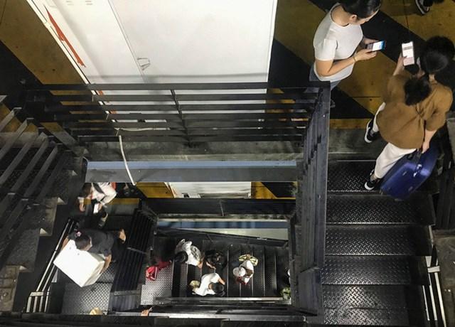 Nhiều người chờ thang máy quá lâu, hành lý khá nhiều không thể vận chuyển bằng thang máy nên đành leo thang bộ lên 3,4 lầu lên nhà xe để đón xe công nghệ.