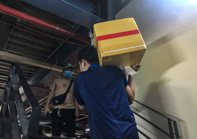 Nhiều người phải khuân vác hành lý, đồ đạc nặng lên 4 lầu thang bộ để đón xe công nghệ khi vừa xuồng máy bay.