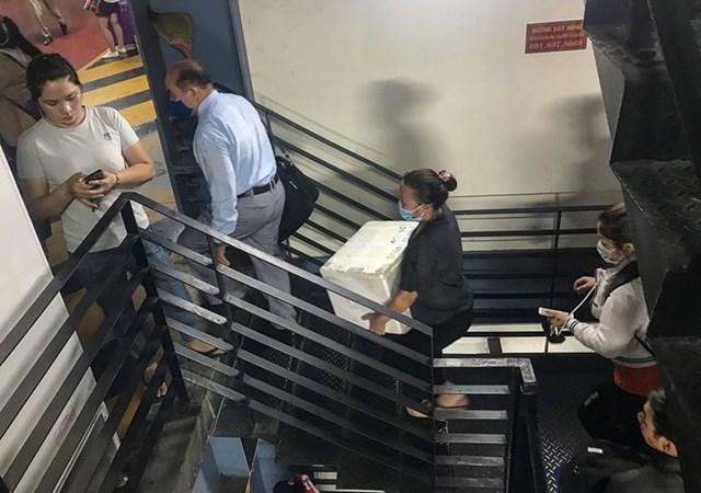Để leo lên 4 lầu thang bộ mất khoảng gần 5 phút cho những người mang vác đồ nặng. Một số người đi đi xuống phải cố tránh né sát một bên để nhường đường cho người mang vác hành lý lên trên vì cầu thang khá hẹp.