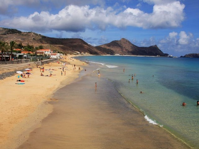 Ở đây cũng có cả những nơi cát trắng biển xanh tuyệt đẹp, như bãi biển Calheta.