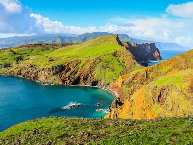 Những vách núi dựng đứng ven biển tạo ra khung cảnh hùng vỹ tuyệt đẹp.