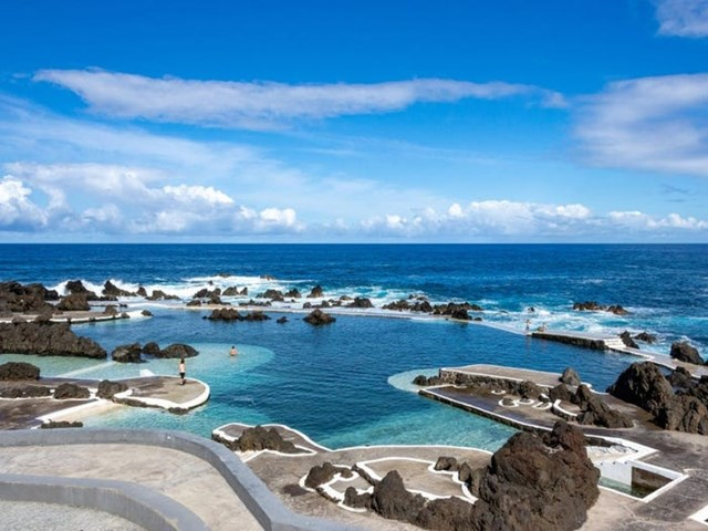 Những bể bơi tự nhiên tạo ra từ dung nham là điểm đến độc đáo, làm nên thương hiệu của hòn đảo.