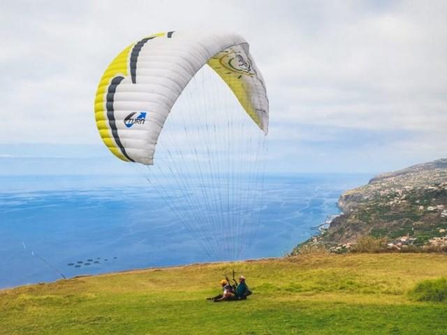 Các hoạt động lướt ván, thuyền buồm hay nhảy dù cũng được nhiều du khách ưa chuộng.