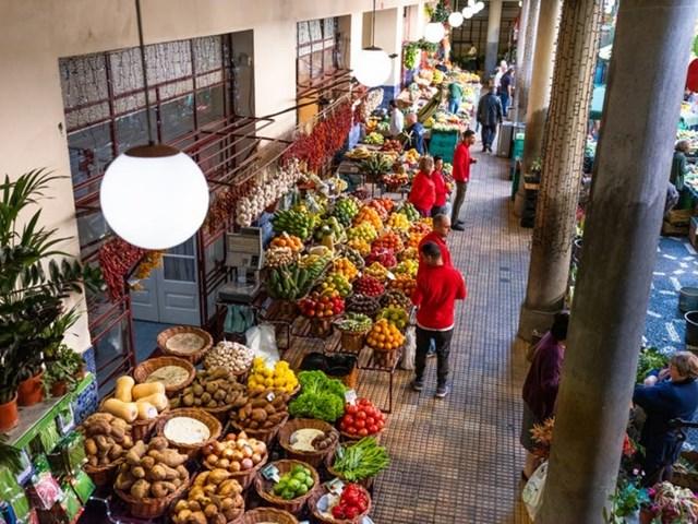 Những khu chợ ngập tràn màu sắc thu hút đông du khách tới mua các loại quả địa phương.