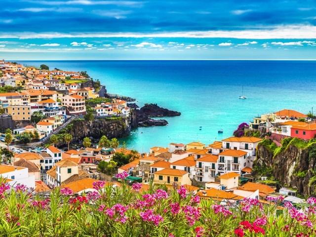Quần đảo Madeira nằm giữa Đại Tây Dương, với 2 đảo chính là Madeira và Porto Santo.