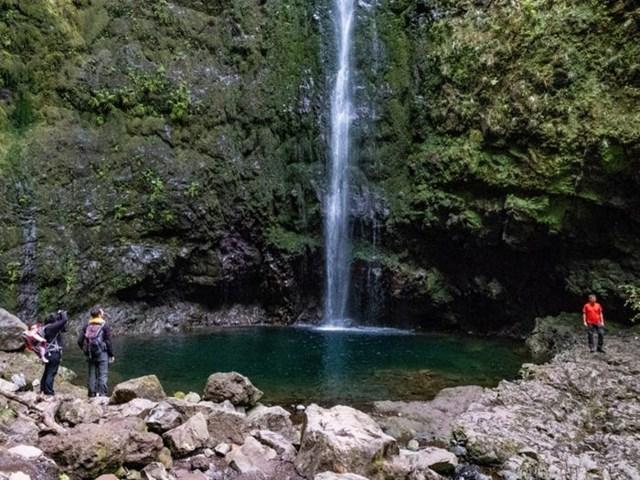 Thác nước trên đảo Madeira.