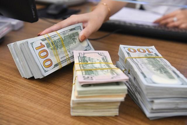 Giao dịch USD tại một ngân hàng thương mại ở Hà Nội.