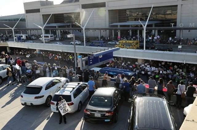 Người biểu tình tập trung ở sân bay Los Angeles tháng 1/2017 sau khi Tổng thống Trump ra lệnh hạn chế nhập cảnh đối với công dân của 7 nước Hồi giáo.