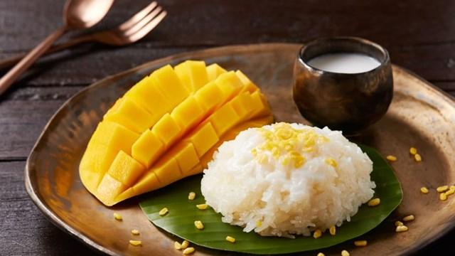Xôi xoài là một trong những món ăn không nên bỏ qua khi tới Thái Lan. Ảnh:Shutterstock