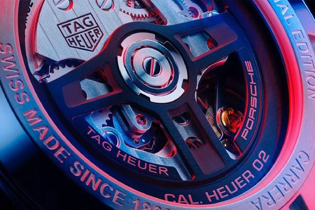 Vô lăng ba chấu đặc trưng của Porsche ở mặt sau. ẢNh: CEO Magazine