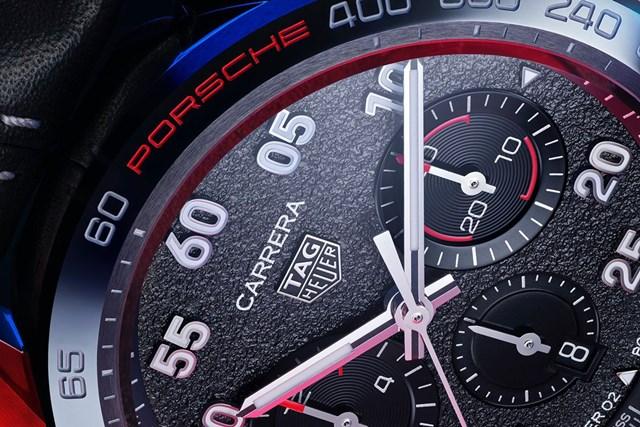 Mặt đồng hồ với hiệu ứng nhựa đường. ẢNh: CEO Magazine