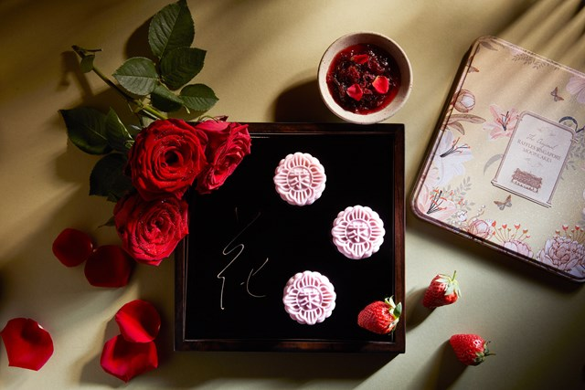 Bánh trung thu da tuyết hương hoa hồng Da Li và chocolate dâu tây. Ảnh: Raffles Hotel Singapore