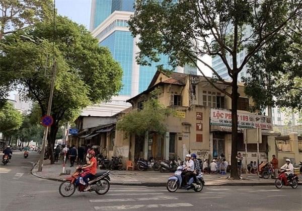 Bên ngoài khu đất 34 Nguyễn Du, quận 1, TP Hồ Chí MInh. (Ảnh: reatimes.vn).