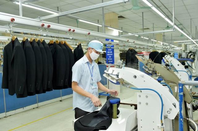 Sản xuất veston xuất khẩu tại Tổng công ty May 10.Ảnh: Hân Phạm