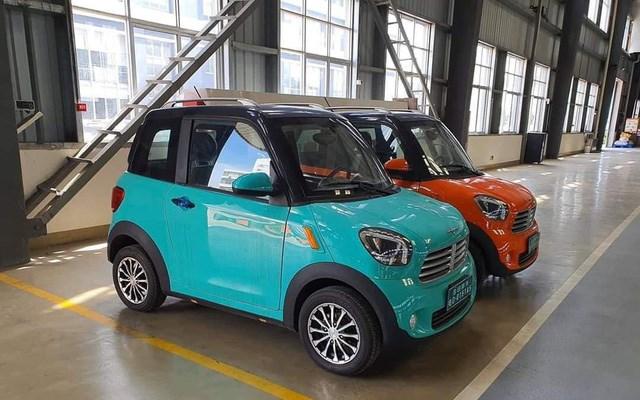"""Nhà phân phối xe ô tô DT Motor ở Thái Lan đã bán những chiếc xe điện mini đầy màu sắc với giá 98.000 bath (khoảng 75 triệu đồng). Trên các chợ xe, không ít khách hàng người Việt đã tìm kiếm nơi bán chiếc ô tô giá rẻ này để làm phương tiện đi lại """"che mưa, che nắng"""", mà rẻ hơn nhiều dòng xe máy đang dùng."""
