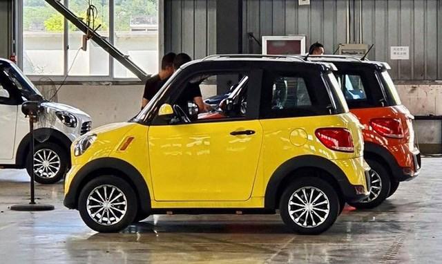 Chiếc xe được thiết kế như các xe 4 bánh khác, có 2 chỗ ngồi ở phía trước và không gian chứa đồ phía sau. Xe được trang bị đèn LED trước, sau và đèn báo giúp tiết kiệm năng lượng. Vận tốc tối đa của xe là 30 km/h và chạy được 30 km mỗi lần sạc.