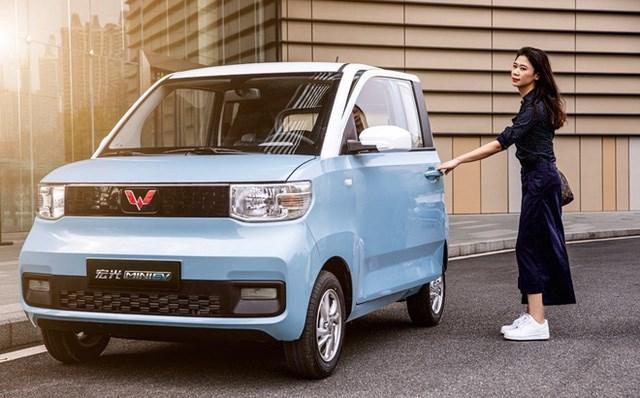 """Wuling Hongguang Mini EV được thiết kế dựa trên phong cách xe đô thị cỡ nhỏ, """"na ná"""" Kia Morning. Kích thước tổng thể của xe đạt 2917 x 1493 x 1621 mm, có chiều dài cơ sở 1940mm. Mặc dù là xe cỡ nhỏ, song Mini EV vẫn đảm bảo chở được 4 người (gồm cả tài xế)."""