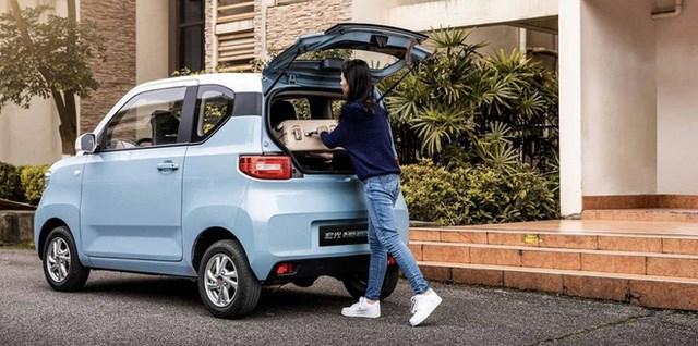 Xe trang bị an toàn gồm 2 túi khí trước, hệ thống chống bó cứng phanh ABS, phân bổ lực phanh điện tử EBD, cảnh báo áp suất lốp và cảm biến lùi... Giá rẻ và trang bị đầy đủ tiện nghi cần thiết nên Wuling Hongguang Mini EV đã nhận được khoảng 50.000 đơn đặt mua trong thời gian ngắn và đây là một kỷ lục mới trên thị trường ô tô điện tại thị trường Trung Quốc.