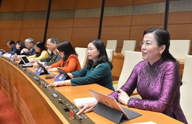 Đại biểu Quốc hội ấn nút thông qua luật tại kỳ họp thứ 10, Quốc hội khóa 14. Ảnh:Trung tâm báo chí Quốc hội