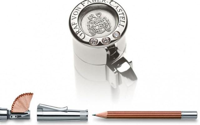 Nhìn thoáng qua không có gì quá ấn tượng nhưng cây bút chì này được làm từ gỗ bách hương cùng phần nắp làm từ vàng trắng, gắn 3 viên kim cương. Vậy nên cái giá mà công ty sản xuất Faber-Castell, Đức đưa ra cho sản phẩm là 13.400 USD (khoảng 300 triệu đồng).