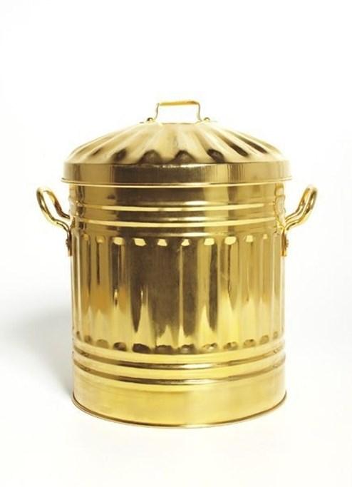 Chiếc thùng rác làm từ thiếc mạ vàng 24 carat này của Sylvie Fleury chỉ được sản xuất với số lượng 25 trên thế giới. Vậy nên giá của chiếc thùng đựng rác này lên tới 15.000 USD (khoảng 350 triệu đồng).