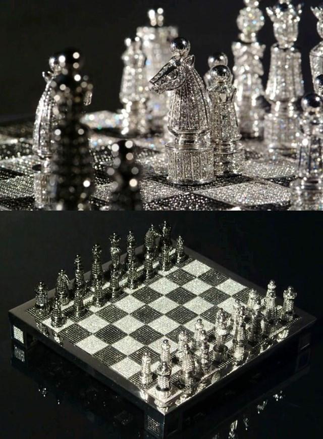 """Không thích """"chiếu tướng"""" với quân cờ bằng vàng, bạn hoàn toàn có thể trải nghiệm với bàn cờ vuaRoyal Diamond của hãng Charles Hollander. Được làm từ vàng trắng và những viên kim cương trắng, đen với tổng khối lượng lên tới 320 carat, bàn cờ này có trị giá lên đến 600.000 USD (khoảng 14 tỷ đồng)."""