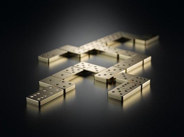 """Bộ Domino bao gồm 28 quân cờ domino, mỗi quân được chế tác từ 2,4kg vàng nguyên chất. Thêm vào đó, 168 viên kim cương sáng chói được sử dụng cho những chấm tròn trên mỗi quân cờ.Nhà sản xuất cũng không quên """"xây ngôi nhà"""" xứng tầm với 28 quân cờ bằng vàng là chiếc hộp làm từ đá cẩm thạch cao cấp.Với nguyên liệu cao cấp, bộ Domino này có giá 153.000USD (khoảng 3,5 tỷ đồng)."""