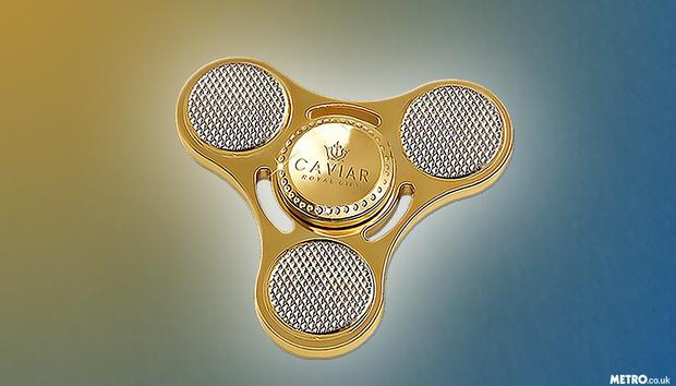 Con quay fidget spinner là món đồ chơi từng càn quét giới trẻ trên thế giới. Nắm được xu thế đó,hãng trang sức Caviar đã cho ra mắt con quay fidget spinner làm bằng vàng ròng nguyên chất có giá 17.000 USD (khoảng 386 triệu đồng) dành riêng cho hội nhà giàu.