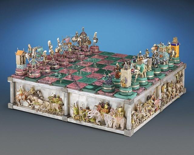 """Chơi Domino chán, bạn có thể quay qua kết bạn với cờ vua. Bàn cờ vua với tên gọi """"Battle Of Issus"""" (Trận Issus) này chắc chắn sẽ không khiến bạn thất vọng. Điểm đặc biệt, mỗiquân cờ đều mô phỏng lại nhân vật và vũ khí được chiến binh sử dụng trong trận chiến Issus. Bề mặt bàn cờ và đế cờ được làm bằng vàng 14K, bạc nguyên chất,đá hồng ngọc thạch,đá khổng tước xanh đượcthêm vào chi tiết giúp quân cờ toả sáng. Với sự tỉ mỉ trong thiết kế, không quá khó để hiểu tại sao bàn cờ vua này lại có giá lên tới 1,65 triệu USD (khoảng 37 tỷ đồng)."""