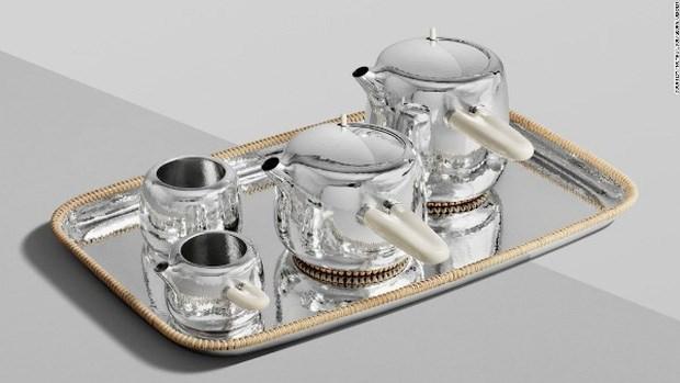 Là thành quả sau cú bắt tay hợp tác giữa nhà thiết kế Marc Newson cùng thương hiệu trang sức Georg Jesen, bộ ấm trà dát bạc này khiến giới nghệ thuật bất ngờ vì độ tinh tế. Ngoài chất liệu mây tre tự nhiên ở mỗi lớp lót, phần tay cầm được chạm khắc thủ công từ hóa thạch ngà voi ma mút. Sản phẩm đang được rao bán với mức giá 82.000 GBP (khoảng 2,7 tỷ đồng).
