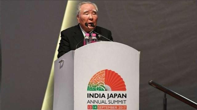Ông Osamu Suzuki trong cương vị chủ tịch của hãng xe Suzuki Motor thông báo đầu tư bổ sung vào Ấn Độ tại hội nghị thượng đỉnh thường niên Ấn Độ - Nhật Bản tại trung tâm hội nghị Mahatama Mandir ở Gandhinagar tháng 7/2017.