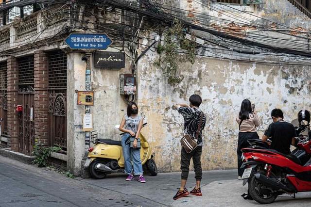 Nhiều bạn trẻ sẵn sàng đứng xếp hàng chờ chụp ảnh với bức tường.