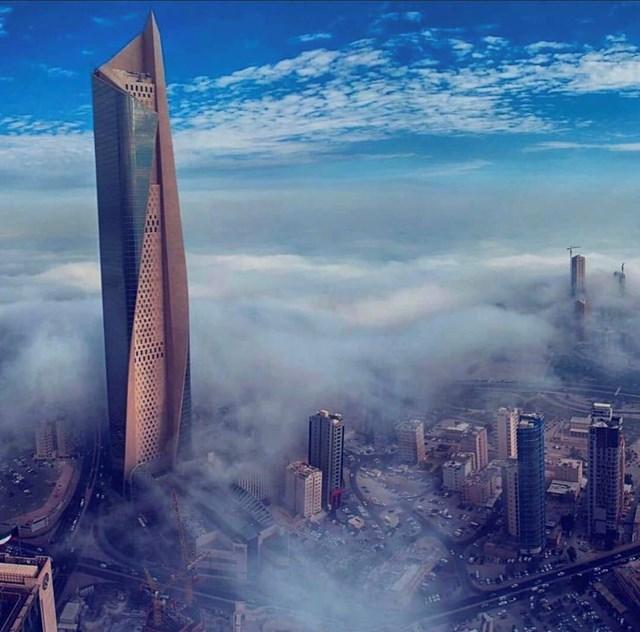 Cao 412m, với 74 tầng,Al Hamra Firdous có cấu trúc cuộn tròn độc đáo.