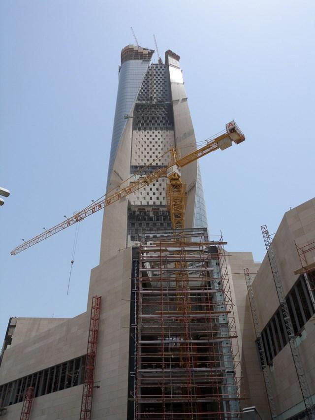 Phần móng của tòa tháp gồm 289 cọc đường kính 1,2m đóng xuống độ sâu từ 22m đến 27m.