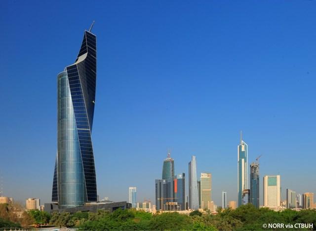 Tòa tháp hiện có 40 thang máy để vận chuyển du khách lên cao, trong đó có 9 thang siêu tốc đưa bạn lên đỉnh tháp chỉ trong vài giây.Du khách cũng có thểngắm nhìn không gian phía ngoài thành phố, bán đảo và sa mạc ở độ cao hàng trăm mét.