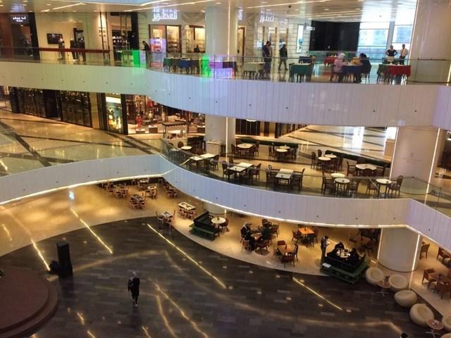 Khu vực phức hợp thương mại và văn phòng Al Hamra Firdous gồm năm tầng mua sắm, 9 rạp chiếu phim VIP và một trung tâm thương mại với ba tầng. Ngoài ra, tòa tháp cũngcó nhiều quán cà phê, nhà hàng trên tầng thượng, một spa và câu lạc bộ sức khỏe, chỗ để xe 11 tầng đủ cho 2.000 xe hơi.
