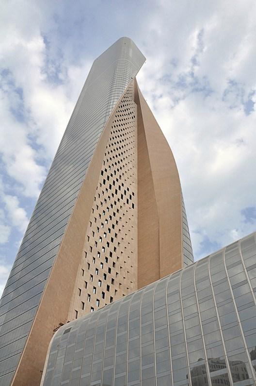 """Để hoàn thành tốt nhiệm vụ """"hạ nhiệt"""", bức tường được thiết kế với nhiều lỗ trống. Bức tường không chỉ bảo vệ tòa nhà khỏi khí hậu khắc nghiệt vùng Trung Đông mà còn đảm nhận vai trò """"cột sống"""" cho tòa tháp."""