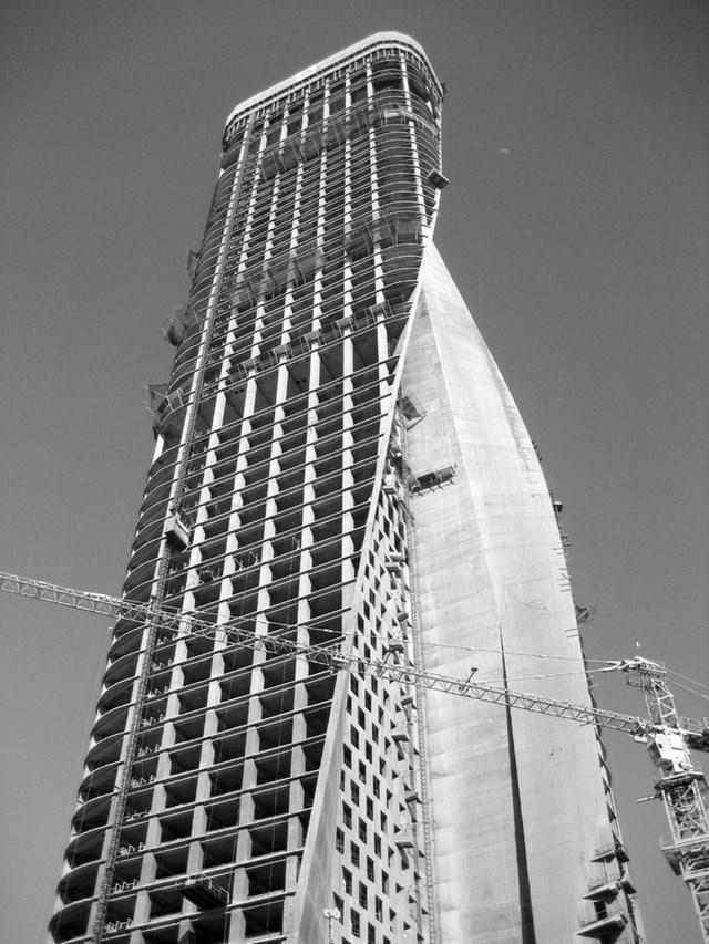 Hai bức tường chính của tòa tháp được xây chéo nhau một góc 45 độ, nối với nhau thành một hình vòng cung rộng lớn.