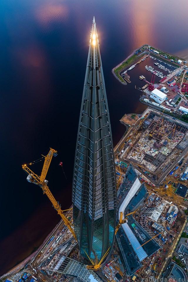 Cứ 14 tầng nhà lại có một tầng kỹ thuật đặc biệt, được thiết kế để phân phối, kiểm soát bất kỳ tác động nào đến tòa nhà chọc trời này.