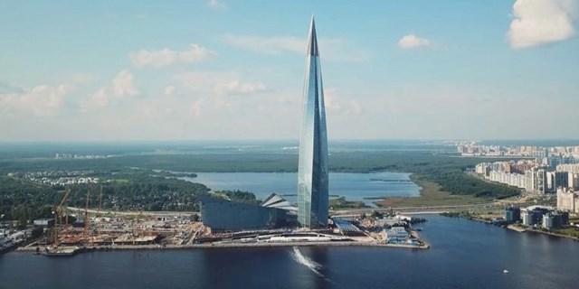 Lakhta có 87 tầng, có hình dạng mô phỏng một cánh buồm, một ngọn lửa giữa nền trời xanh nước Nga.