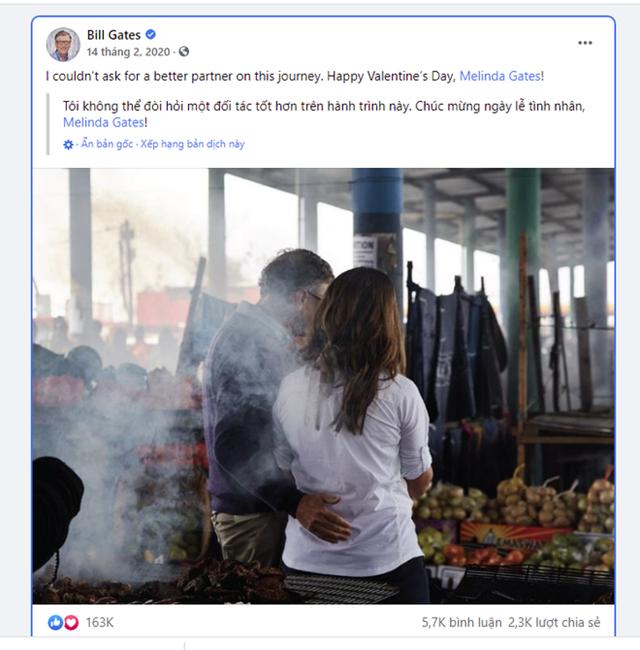 """Vào ngày Valentine năm 2020, Bill Gates còn đăng tải tấm hình vòng tay ôm vợ trên Instagram cá nhân cùng dòng chữ """"Tôi không thể tìm được ở đâu một người đồng hành tuyệt vời hơn trong đời""""."""