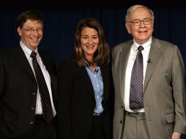 """Vào năm 2010, Gates và vợ Melinda phối hợp cùngWarren Buffettkhởi xướng chiến dịch mang tên """"Cam kết cho đi"""" (The Giving Pledge), để khuyến khích các tỷ phú tài trợ ít nhất một nửa tài sản của họ cho các hoạt động thiện nguyện."""
